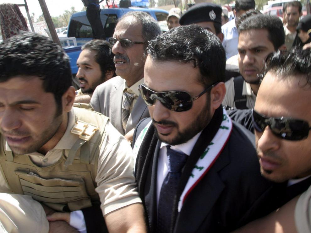 El periodista iraquí Montazer al Zaidi rodeado de gente a su llegada a la cadena de televisión Al Baghdadya tras salir de la cárcel.