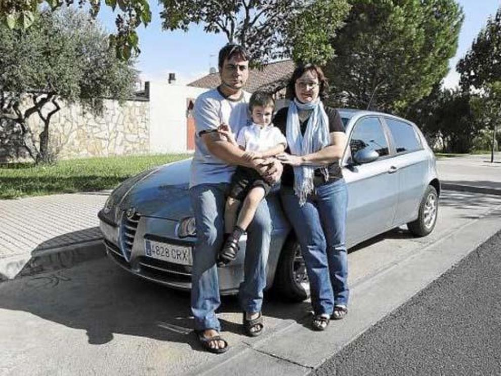 Gonzalo González y María Teresa Puyó llevan al pequeño Carlos en coche hasta el colegio