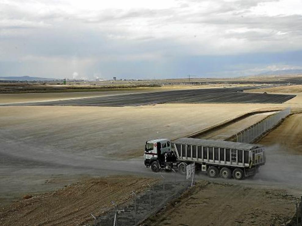 Un camión transportaba ayer material en el futuro aeropuerto de Caudé. Al fondo, la pista.