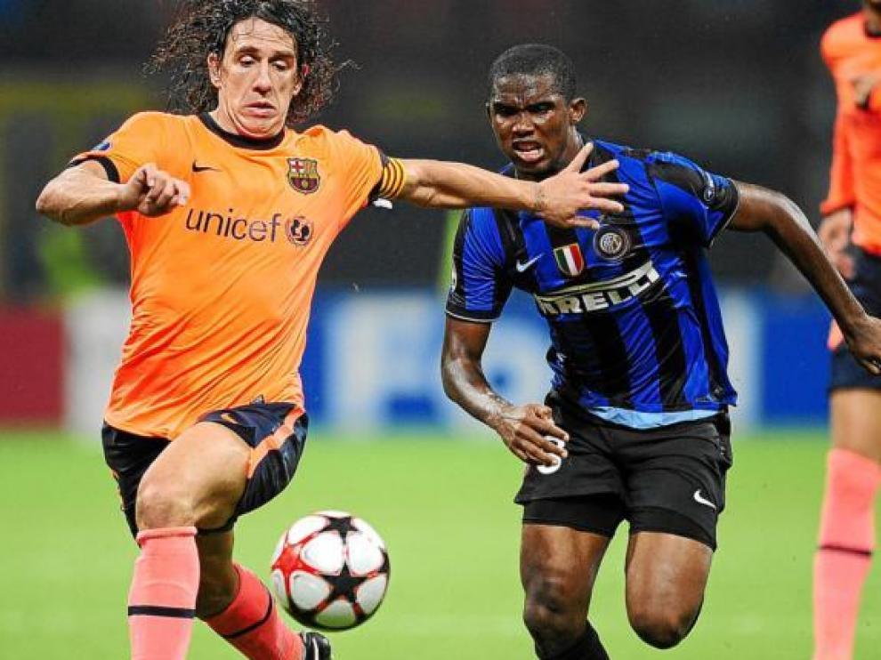 Samuel Eto'o trata de superar a Carles Puyol en el duelo de ayer en Milán.