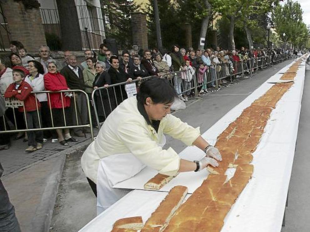 Voluntarios se encargaron de cortar el bocadillo gigante para repartirlo entre los ciudadanos.
