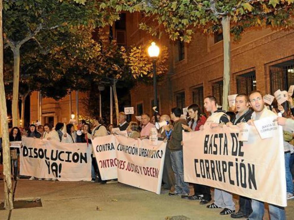 Los manifestantes se concentraron a las puertas de la sede del Gobierno de Aragón.