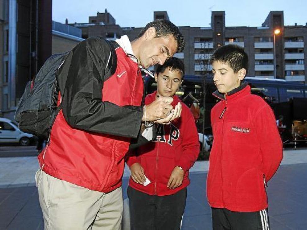 El ahora delantero del Nástic Roberto García firma autógrafos a su llegada a Huesca.