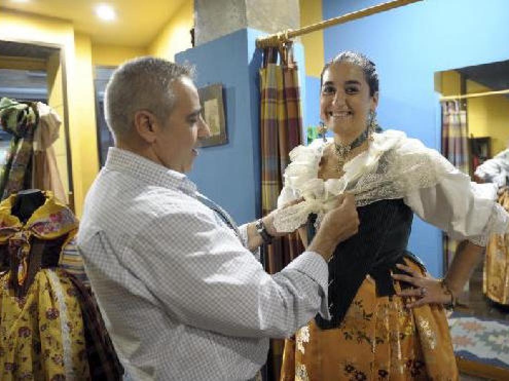 Última prueba. Miguel Ángel Lahoz ayuda a Marta Peirona a colocar la mantela en el traje a medida que lucirá en la Ofrenda