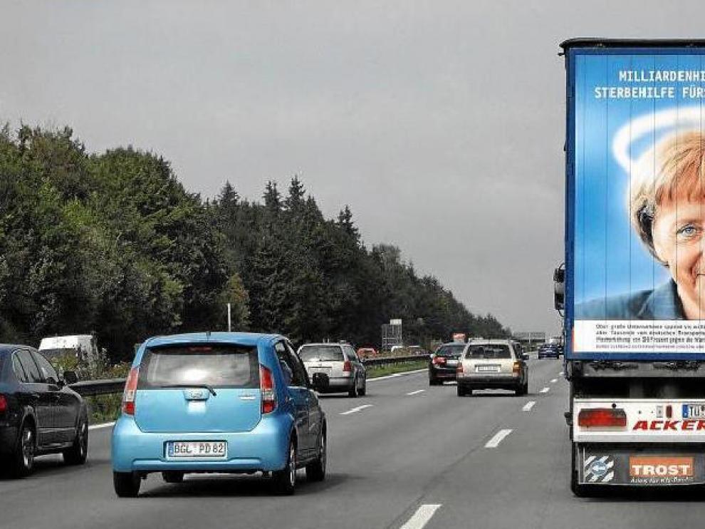 Un camión con un cartel de la canciller Angela Merkel, ayer, en una carretera cerca de la ciudad de Múnich