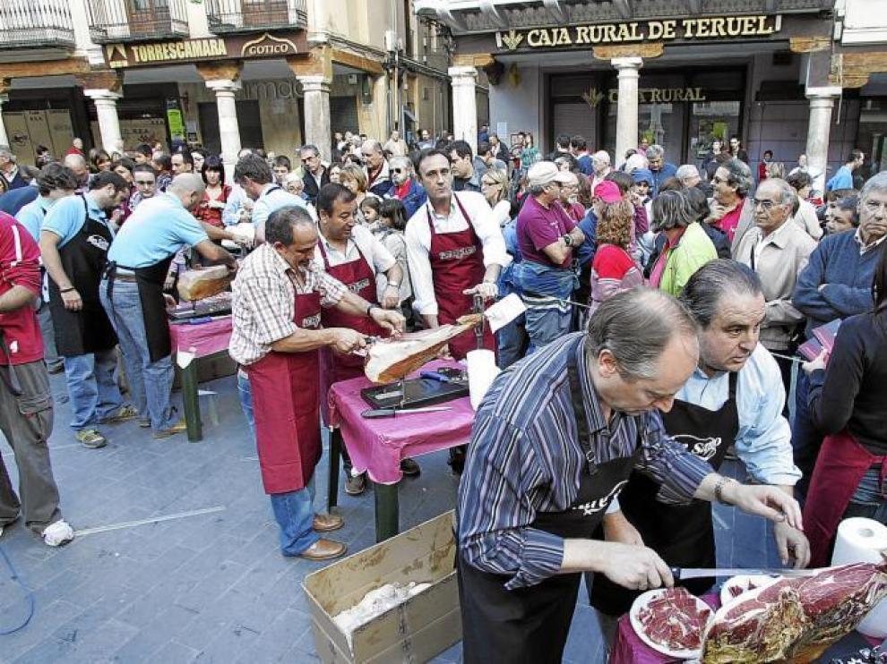 Cortadores aficionados y espectadores llenaron la plaza del Torico.