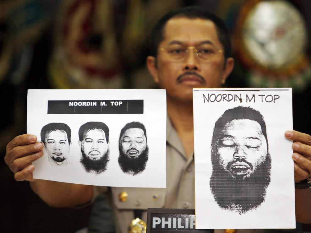 : El portavoz de la Policía indonesia Nanan Sukarna muestra en rueda de prensa varios retratos del cadáver del el terrorista