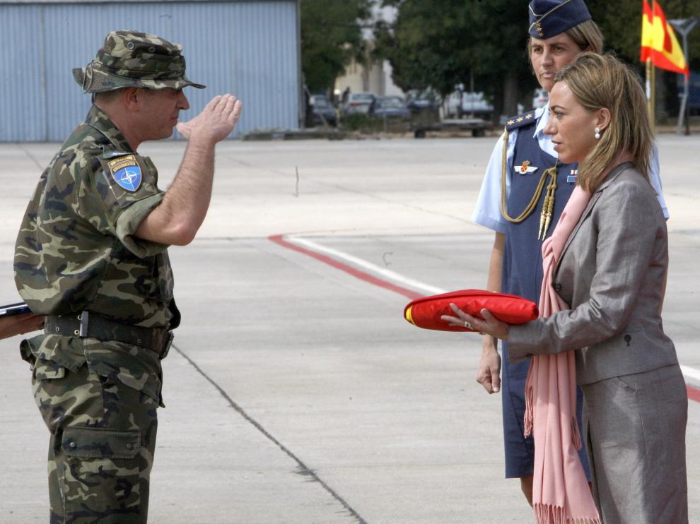 La ministra recibe a los soldados de Kosovo