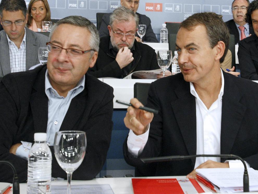 l jefe del Ejecutivo, José Luis Rodríguez Zapatero (d), conversa con el vicesecretario general del PSOE, José Blanco (i),