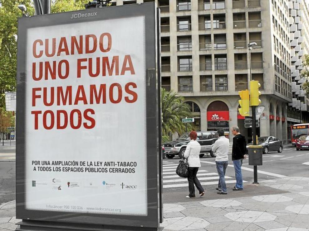 Campañas de publicidad. Hace algunos días que se pueden ver por diferentes puntos de la capital aragonesa carteles publicitarios, donde varias asociaciones piden la ampliación de la ley antitabaco