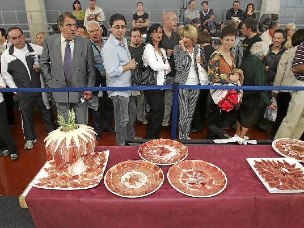 La presentación de las lonchas de jamón llamó la atención del público.