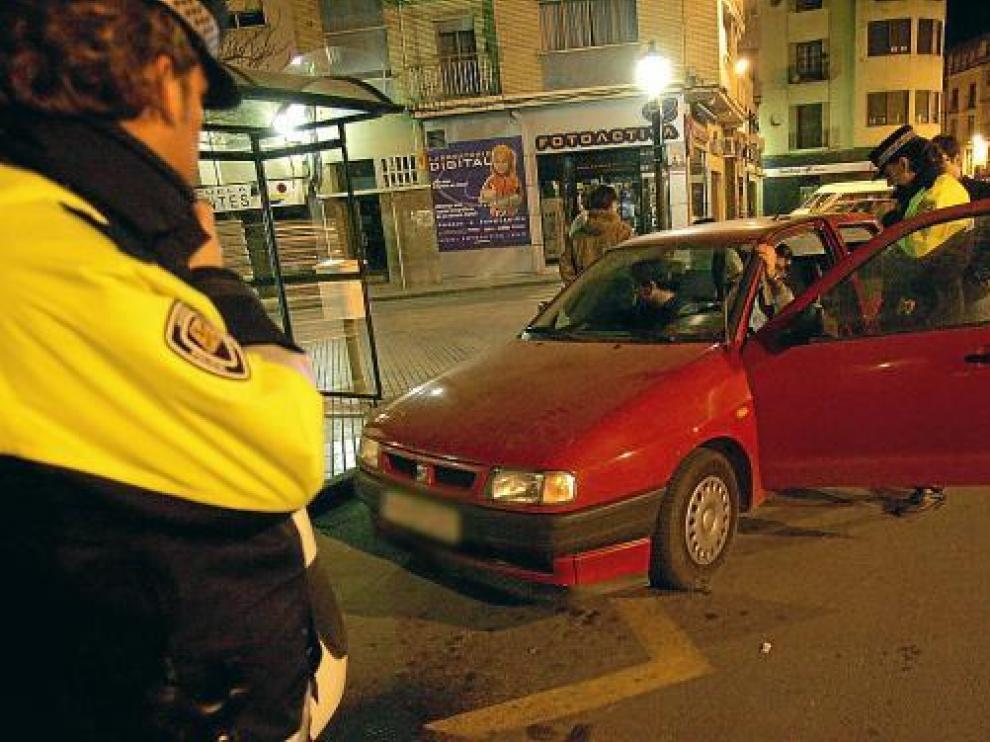 Control de alcoholemia en una céntrica calle de Huesca de madrugada.