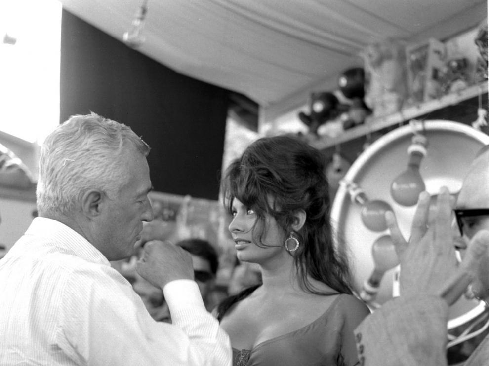 Sofía Loren junto al cineasta italiano Vittorio de Sica en una captura tomada en los años 60 por el fotógrafo Marcello Geppetti y que se muestra en la exposición fotográfica 'La Dolce Vita'
