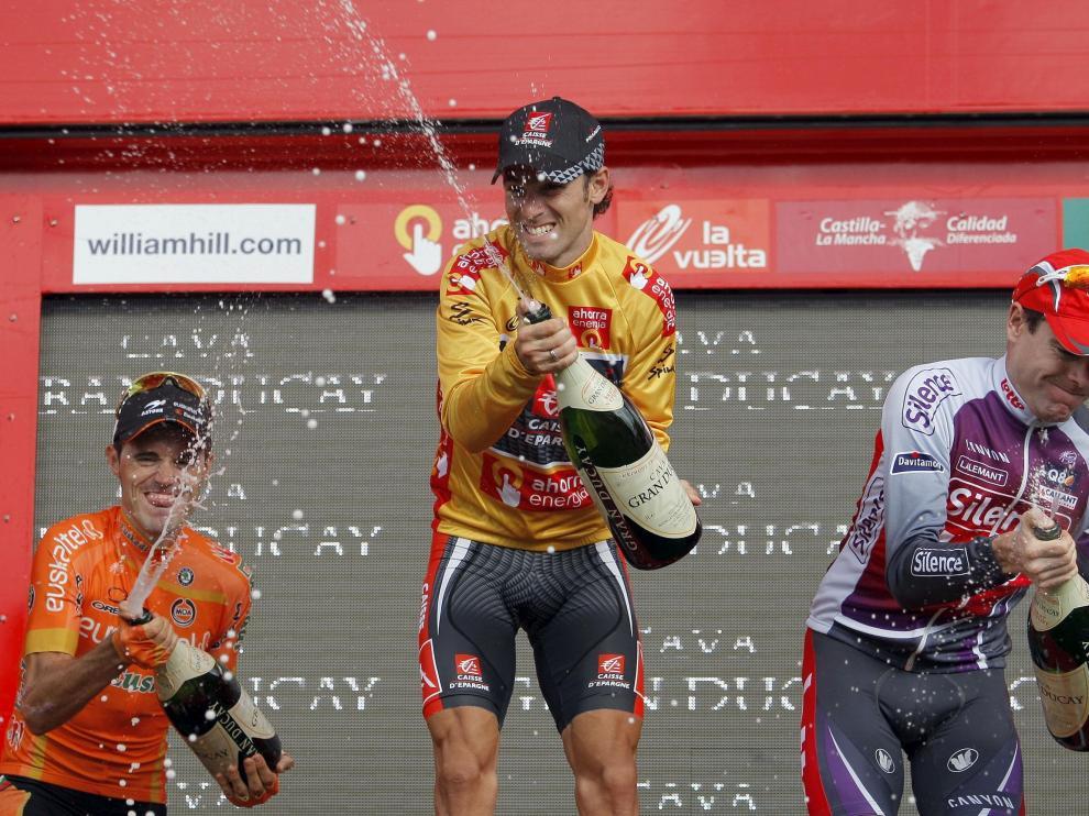 Valverde (c) junto a Samuel Sánchez (i) y Cadel Evans (d) celebra su triunfo