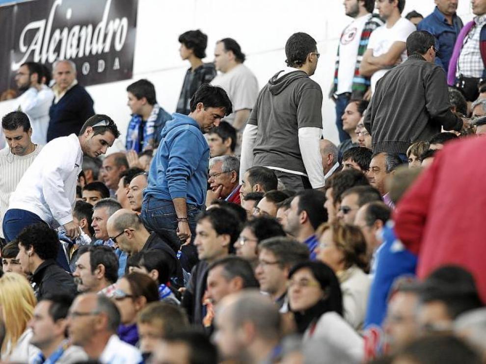 La afición zaragocista abandona las tribunas un par de minutos antes de que el árbitro señale el final del partido.