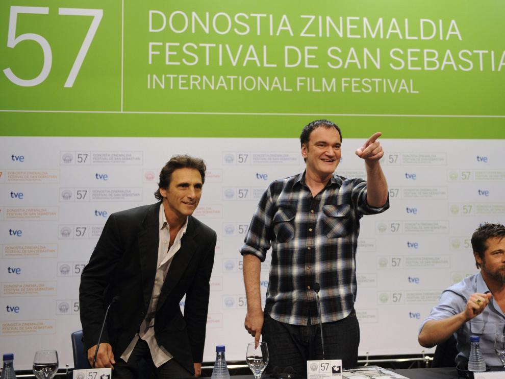 Lawrence Bender (i), Quentin Tarantino (C) y Brad Pitt (R) durante la persentación de la película 'Malditos Bastardos' en el 59º Festival de Cine de San Sebastián