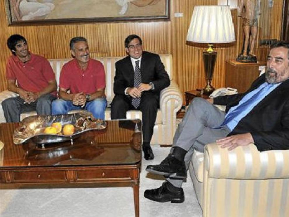 El alcalde recibió en su despacho al presidente, al entrenador y al capitán del CAI