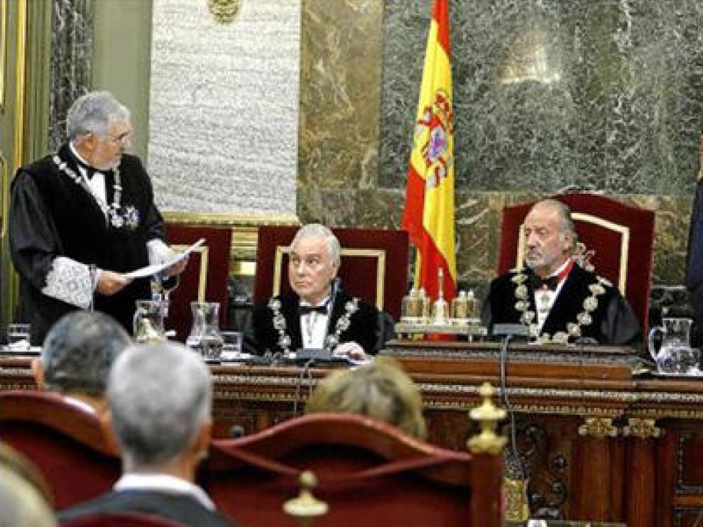 Conde-Pumpido pronuncia su discurso ante el Rey, Dívar (izda.) y el ministro Caamaño