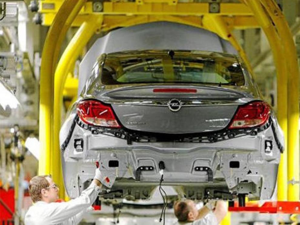 Dos operarios trabajan en la planta de Opel en Ruesselsheim, Alemania