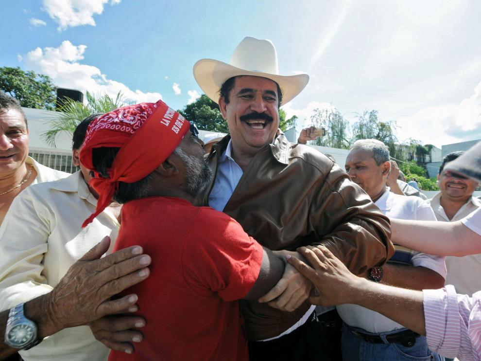 Zelaya a su llegada a la embajada de Brasil en Tegucigalpa