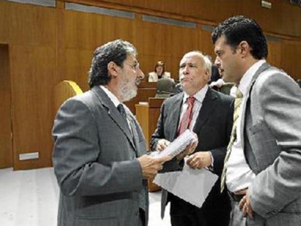 Barrena, Franco y Allué, tras el receso en el que se pactaron ayer las resoluciones del debate