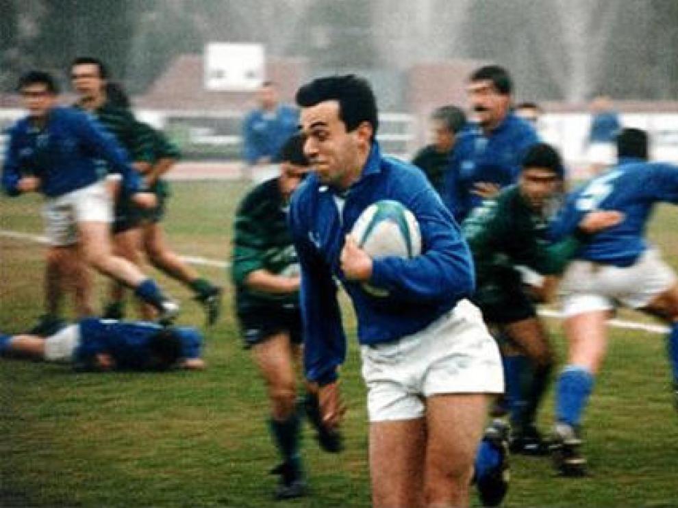 Manolo García conduce el balón en un partido Universitario-Gernika de Primera Nacional en 1995