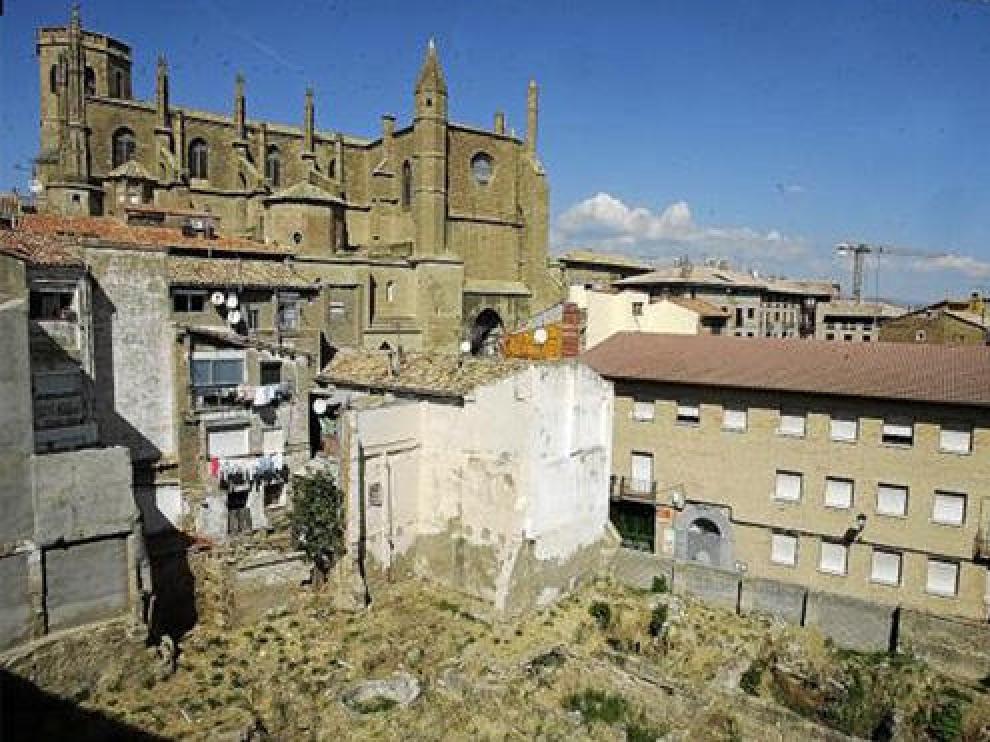 Vista del solar de la calle de Zarandia con la catedral al fondo y los restos arqueológicos