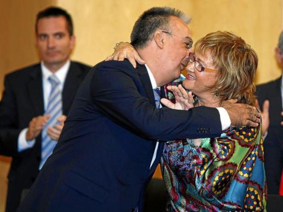 Agustín Navarro, el nuevo alcalde, y Maite Iraola, madre de Pajín, se abrazan tras la moción.