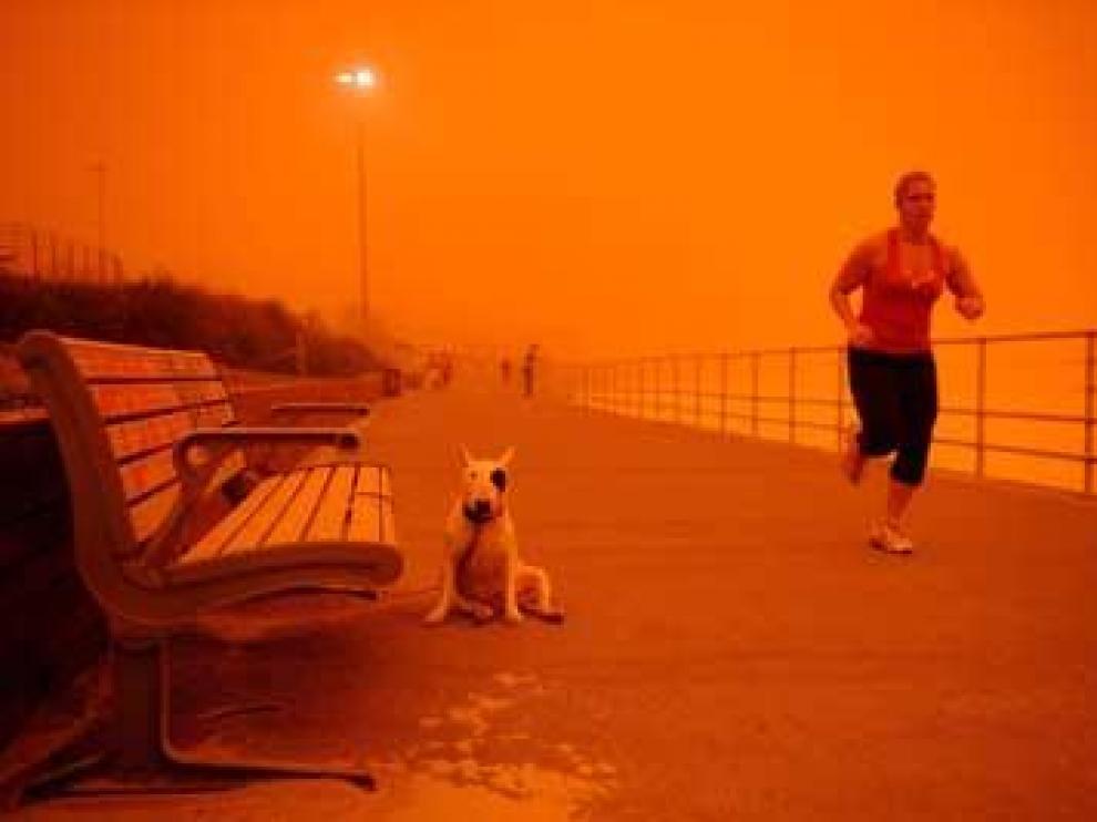 Sidney amanece bajo una espectacular nube rojaa causa de unatormenta de arena