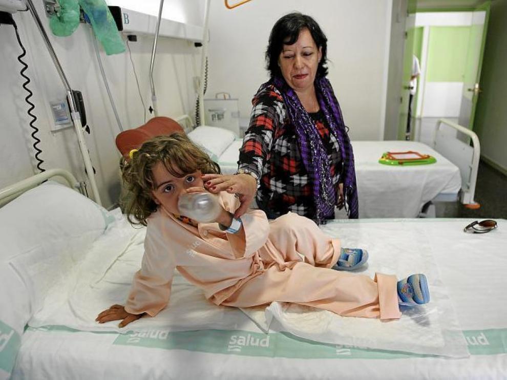 Una niña, paciente del Servicio de Pediatría del Obispo Polanco, acompañada por su tía.