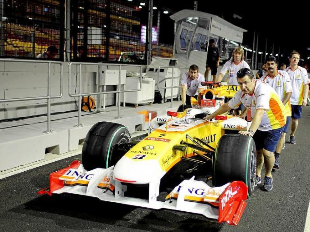Algunos mecánicos de Renault preparan el coche de Fernando Alonso, ayer en Singapur.