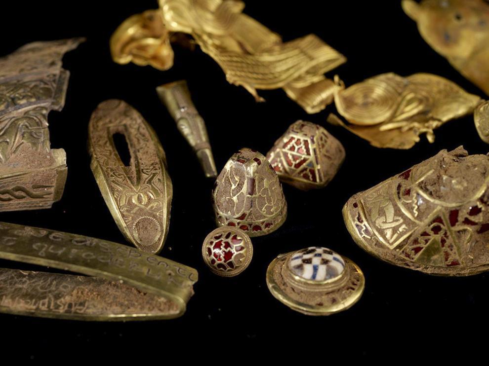 El tesoro que ha encontrado Terry Herbert en un campo de Reino Unido, formado por 1.500 piezas de oro y plata