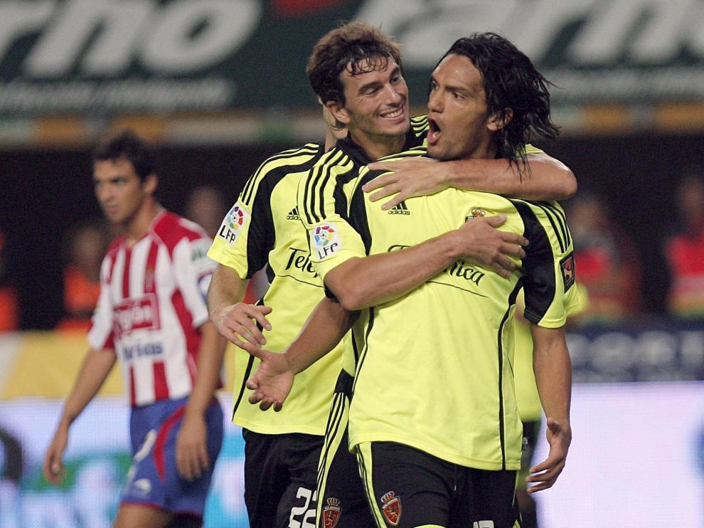 l centrocampista colombiano del Real Zaragoza, Abel Aguila (d), celebra con su compañero, Paco Pavón, el gol conseguido frente al Sporting