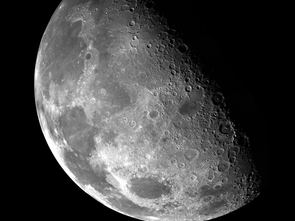 Numerosos estudios investigan si la luna podría tener agua en su superficie.