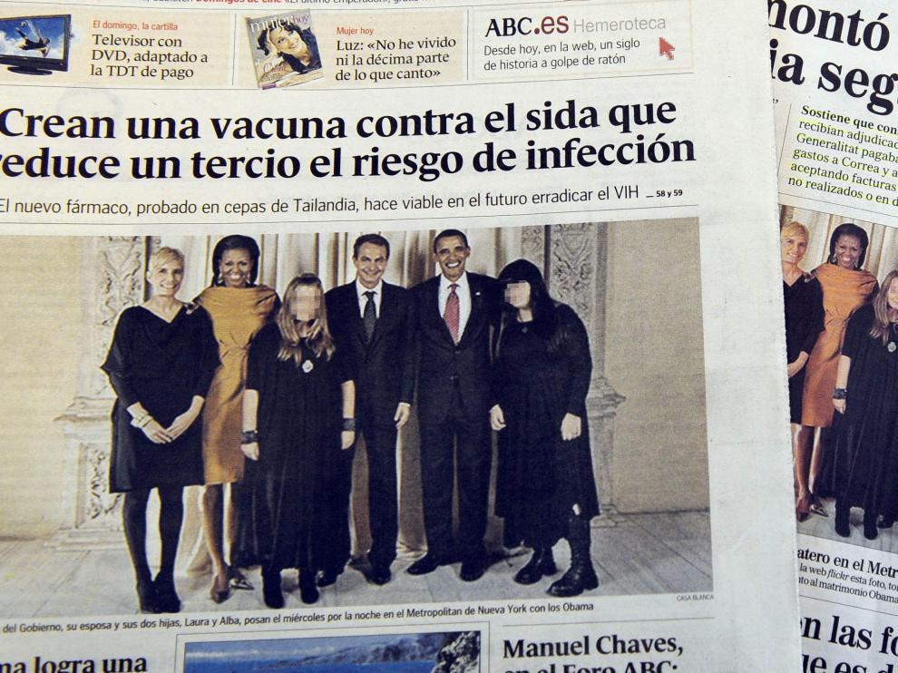 Portadas de dos periódicos nacionales españoles con la fotografía de la familia de Obama y la de Zapatero
