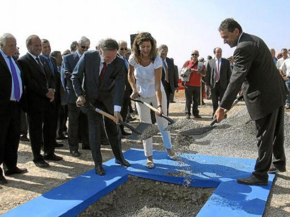 Iglesias -izquierda-, la directora general del Agua y el secretario de Estado colocan la primera piedra.