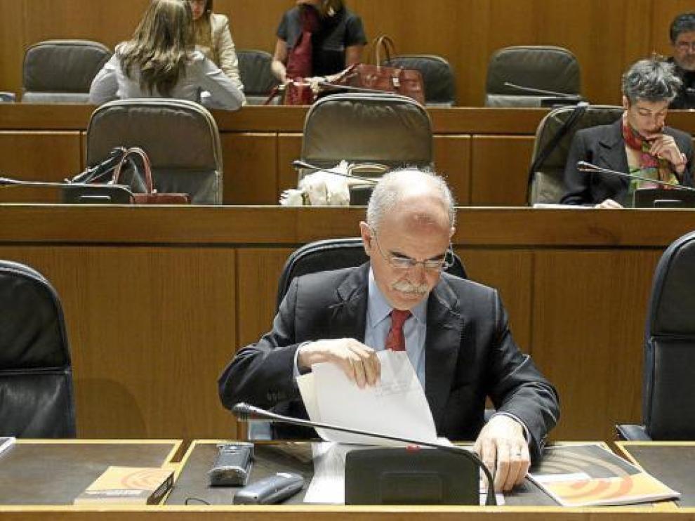 El consejero de Economía y Hacienda, Alberto Larraz, en un pleno de las Cortes.