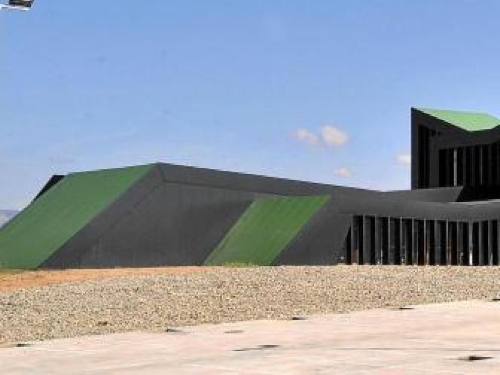 Imagen de la fachada del centro de investigación, ya terminada. Se observa un cuerpo central del que salen los distintos brazos que acogerán las áreas de trabajo.