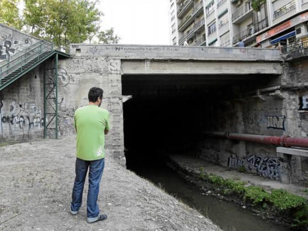 Un vecino observa el punto de inicio del cubrimiento, el más delicado por los edificios cercanos.
