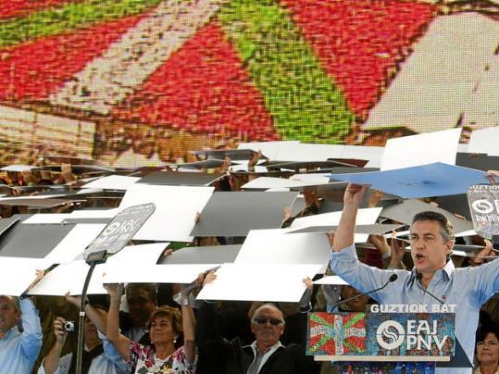 Urkullu colabora para formar el mosaico con la ikurriña más grande de la historia, ayer.