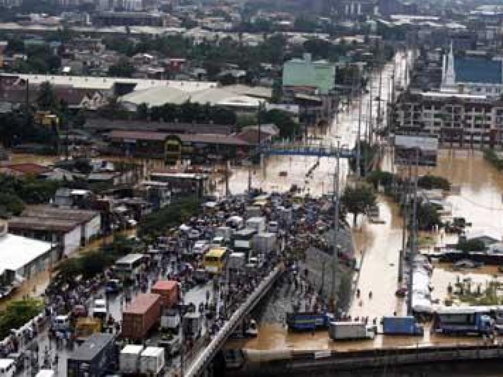 Al menos un centenar de muertos al paso del tifón 'Ketsana' por Filipinas