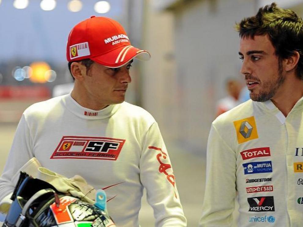 Giancarlo Fisichella conversa con Fernando Alonso en Singapur. Pronto serán compañeros.