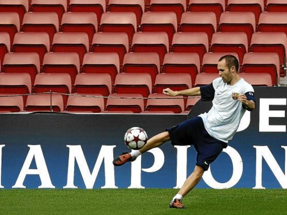 Andrés Iniesta golpea el balón durante el entrenamiento realizado ayer por el Barcelona.