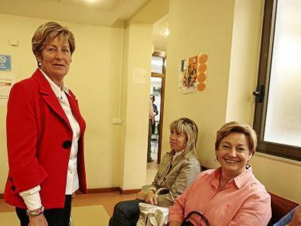 La presidenta Pilar Oliván, de pie, ayer antes de entrar al juicio.