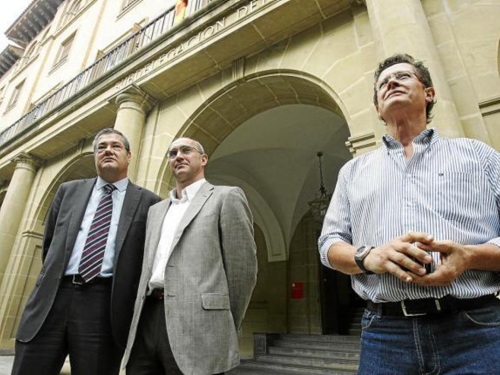 Antonio Torres, José Luis Ferrando y Ricardo Bergua, poco antes de entrar a la Subdelegación del Gobierno.
