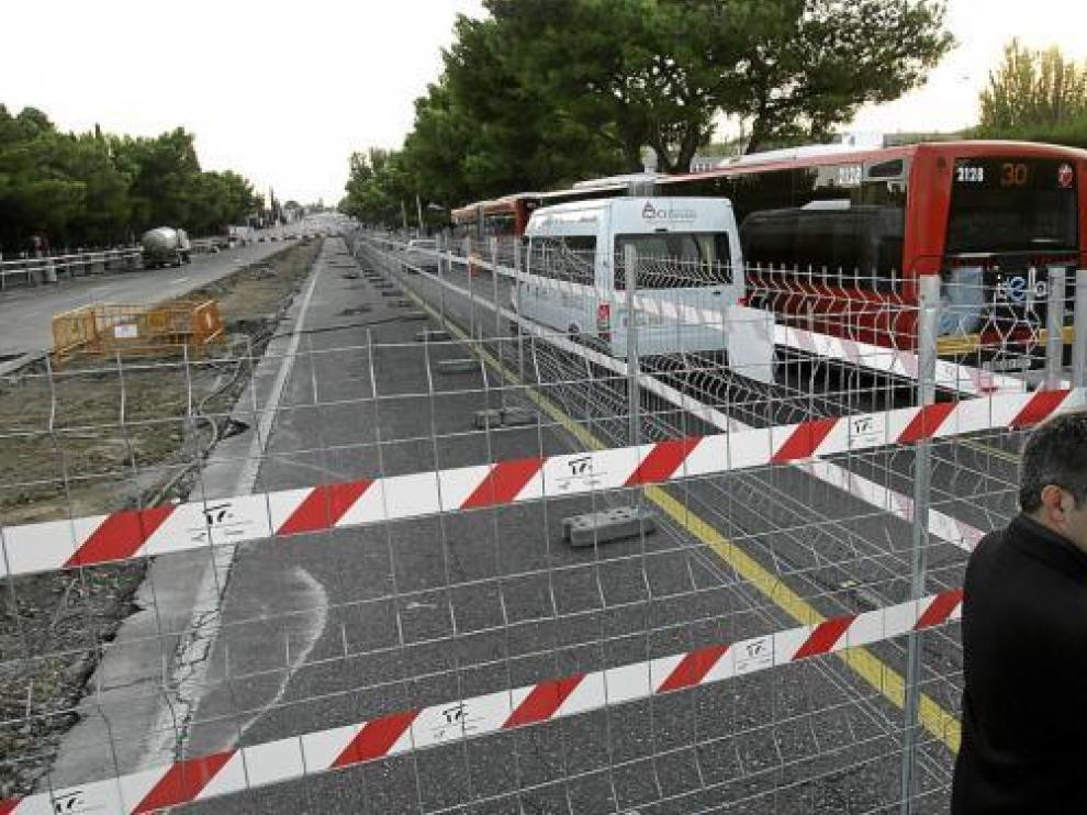La Vía Ibérica, cortada al tráfico y sin máquinas ni obreros, ayer por la tarde.