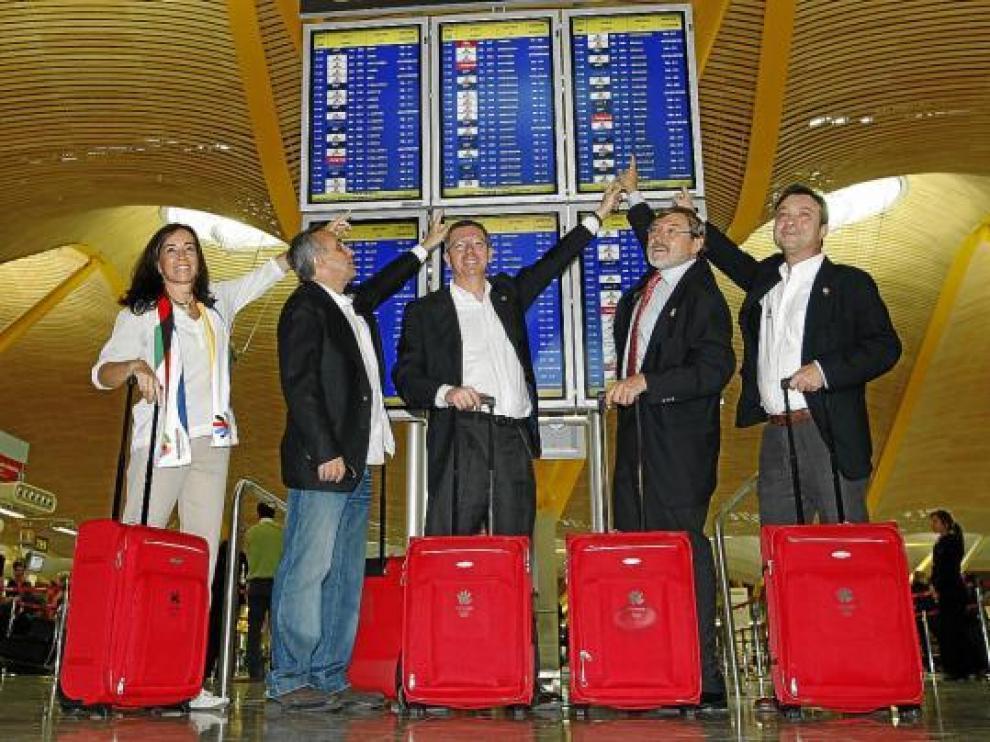 Mercedes Coghen, Alejandro Blanco, Ruiz Gallardón, Jaime Lissavetzky y Manuel Cobo, ayer en Barajas.