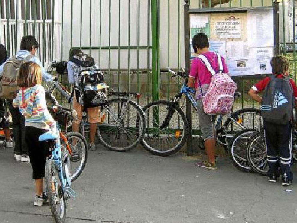Los niños deben atar sus bicicletas con un candado en las verjas que rodean el centro.