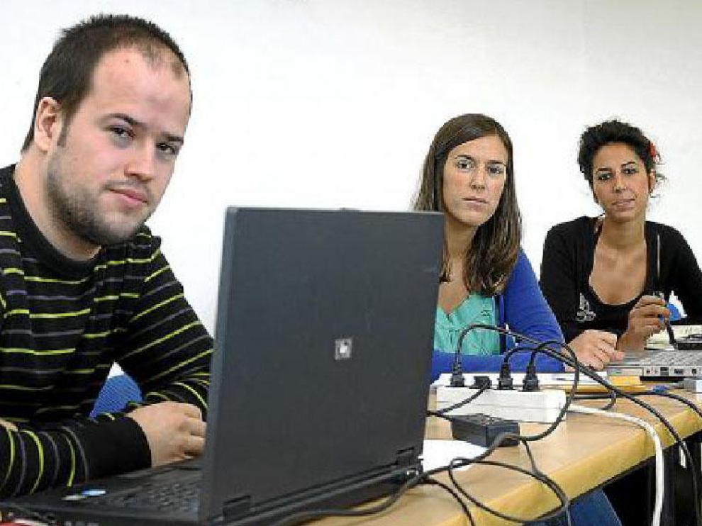 Juan José Rueda, Inés Escudero y Victoria Ríos, durante el descanso del curso que realizan.