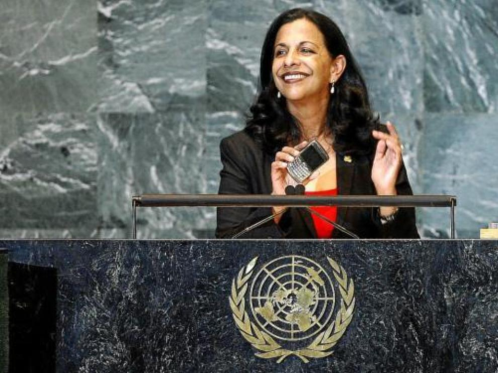 Rodas acerca el móvil al micrófono del podio de oradores de la ONU, en Nueva York.
